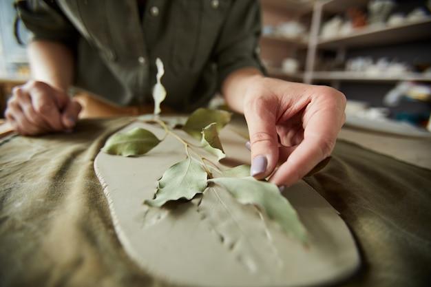 Druk roślinny w ceramice