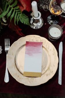 Druk ślubny na talerzu.