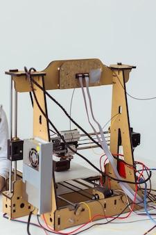 Drukarka elektroniczna podczas pracy w szkolnym laboratorium, drukarka 3d, druk 3d. studia i technologie.