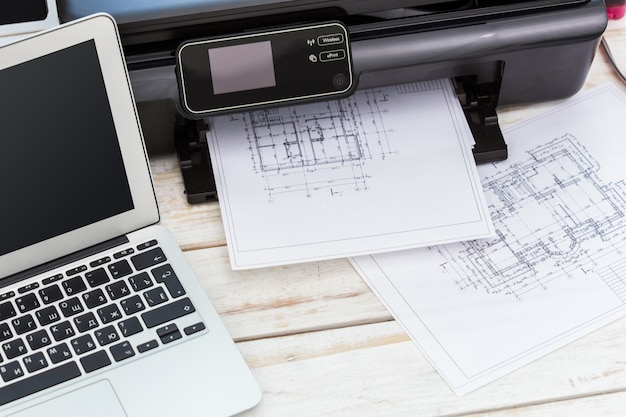 Drukarka i komputer. stół biurowy