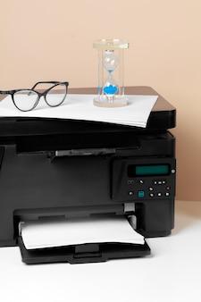 Drukarka, kopiarka, skaner w biurze. miejsce pracy.