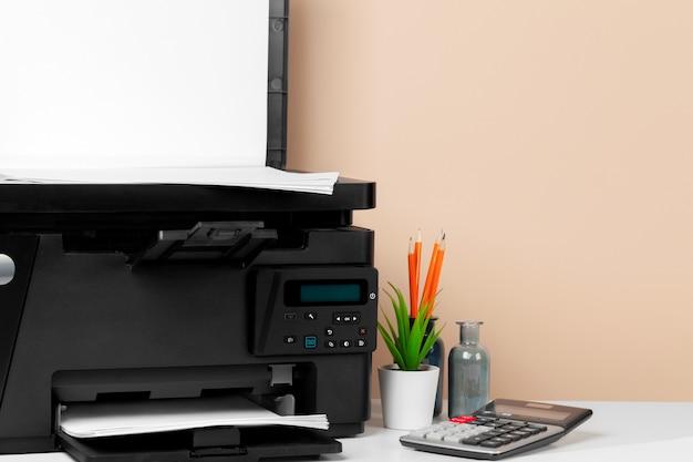 Drukarka, kopiarka, skaner w biurze.