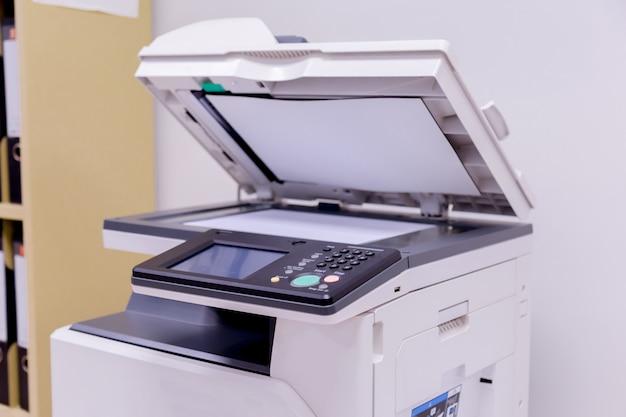 Drukarka skaner laserowy kopiarka dostarcza w biurze.