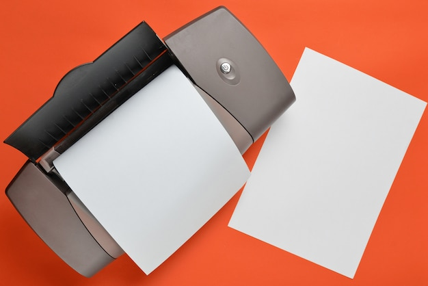 Drukarka z czystym papierem tworzy kolor pomarańczowy.
