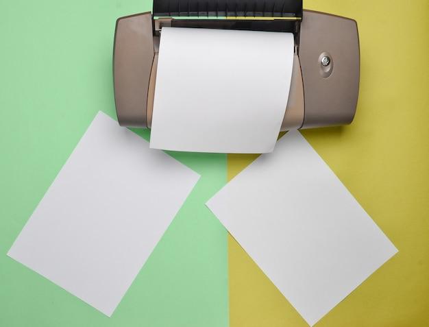 Drukarka z czystym papierem tworzy się na kolorowym pastelu.