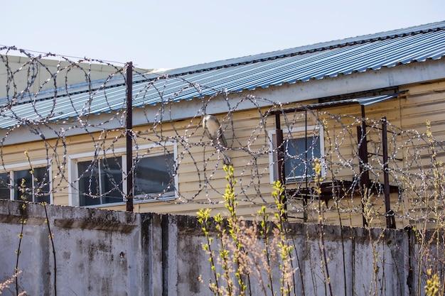 Drut kolczasty na ogrodzeniu przedsiębiorstwa.