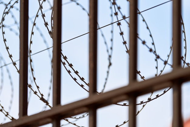 Drut kolczasty na ogrodzeniu więzienia