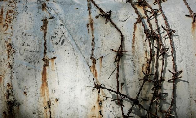 Drut kolczasty na ścianie grunge