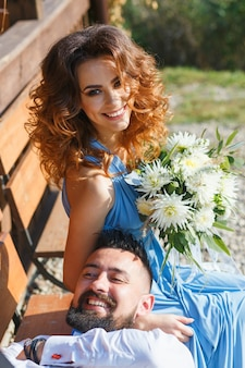 Drużbowie i druhna bawią się na ceremonii ślubnej
