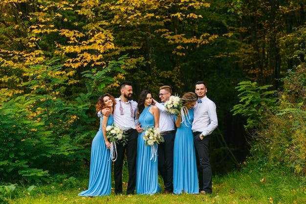 Drużbowie i druhny bawią się na ceremonii ślubnej
