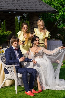 Drużbowie i druhny z nowożeńcami na ceremonii ślubnej