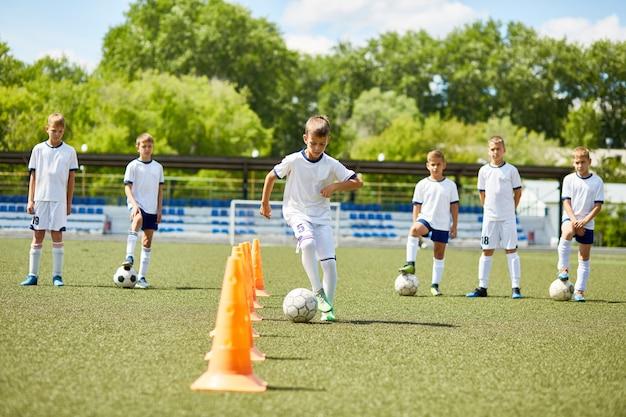 Drużyna chłopców trenujących do gry w piłkę nożną