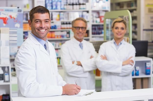 Drużyna farmaceuty ono uśmiecha się przy kamerą