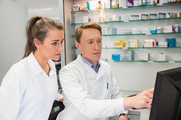 Drużyna farmaceuty patrzeje komputer