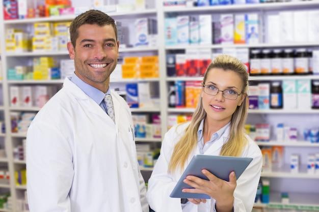 Drużyna farmaceuty patrzeje laptop