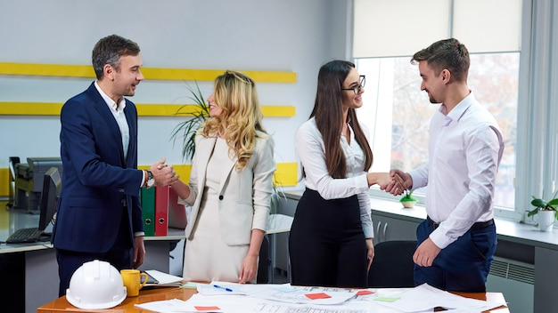 Drużyna młodzi ludzie biznesu świętuje sukces