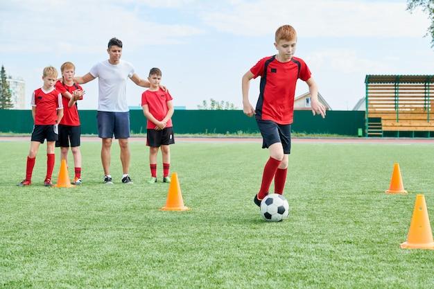Drużyna piłkarska w treningu