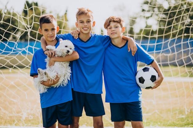 Drużyna piłkarzy na boisku