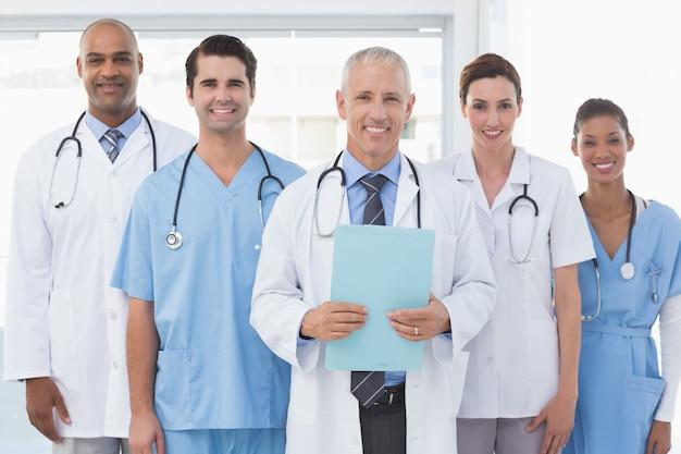 Drużyna uśmiechać się lekarki patrzeje kamerę