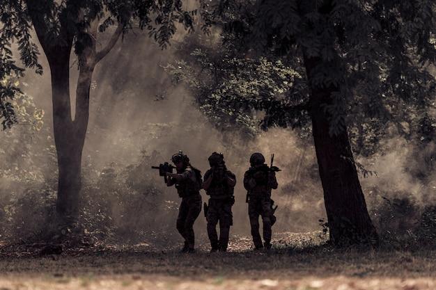 Drużyna żołnierzy w lesie