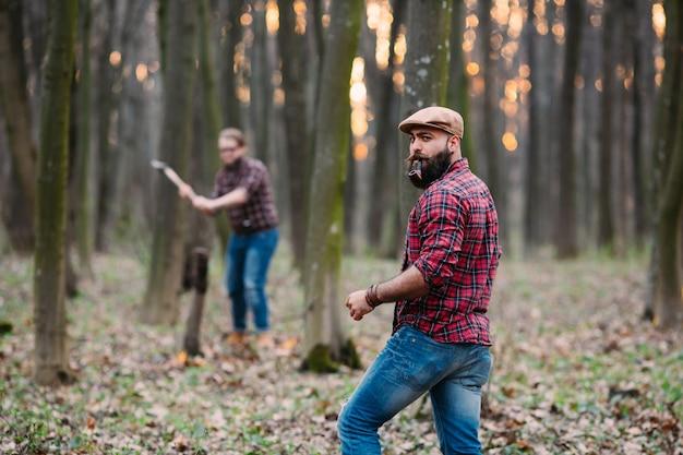 Drwalach pracujących w lesie jesienią