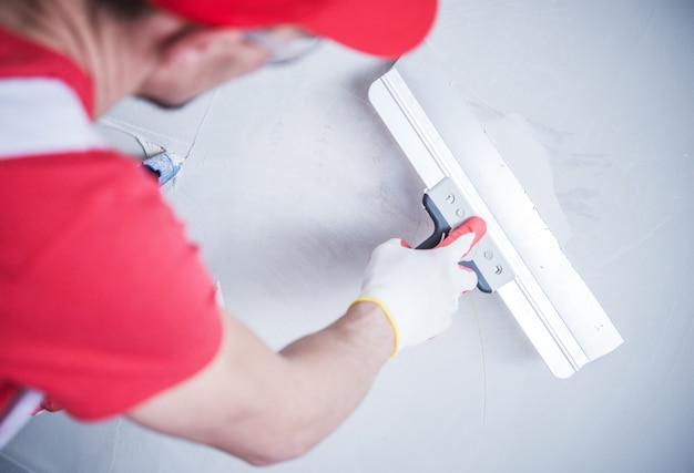 Drywall patch przez pracownika