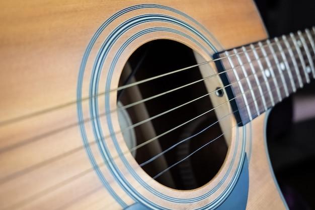Drżąca struna gitarowa, efekt zniekształceń elektronicznej migawki. zbliżenie obrazu strun rezonansowych uchwyconych z efektem fali