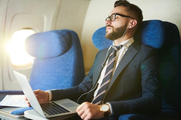 Drzemanie biznesmen w samolocie