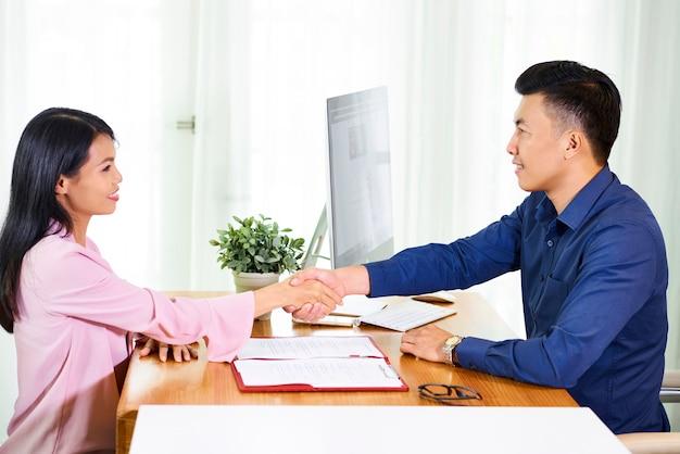 Drżenie rąk ludzi biznesu