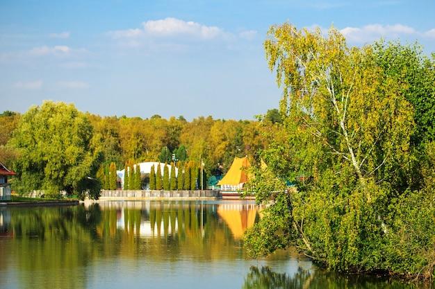 Drzewa jesiennego lasu odbijają się w wodzie jeziora jesień natura jezioro krajobraz jesień