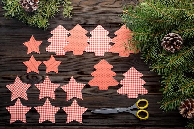 Drzewa wycięte z gwiazd na ciemnym drewnianym stole