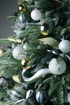 Drzewko świąteczne. kulki srebrne i złote. ścieśniać