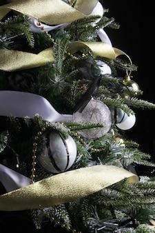 Drzewko świąteczne. kulki srebrne i złote.