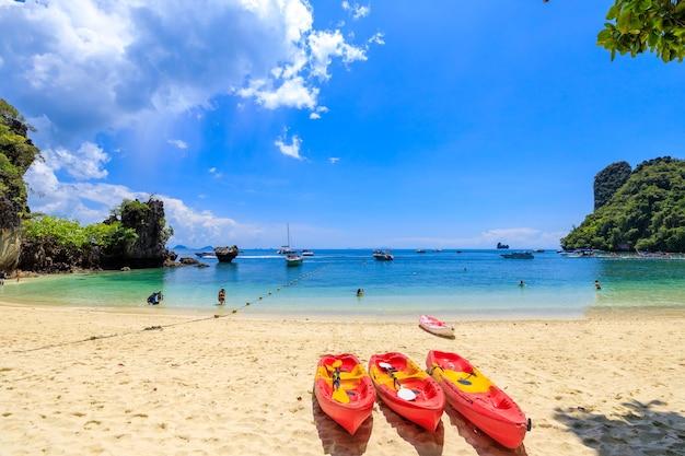 Drzewo czerwony kajak na piaszczystej plaży w railay beach ao nang krabi tajlandia
