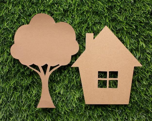 Drzewo kreskówka i dom