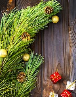 Drzewo z zabawkami i prezentami na brązowym drewnianym tle