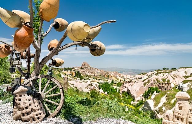 Drzewo życzeń w dolinie gołębi w kapadocji, turcja