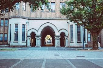 Drzwi łukowe na Uniwersytecie w Tokio w Japonii