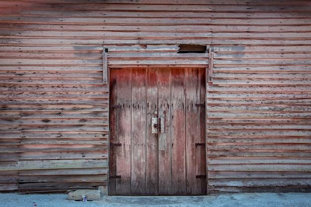Drzwi drewniane kabiny vintage budynku w pobliżu na zewnątrz