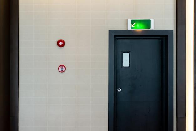 Drzwi ewakuacyjne ewakuacyjne wskazują drogę do ucieczki.