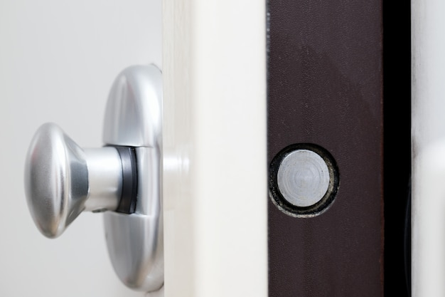 Drzwi metalowe z zamkiem