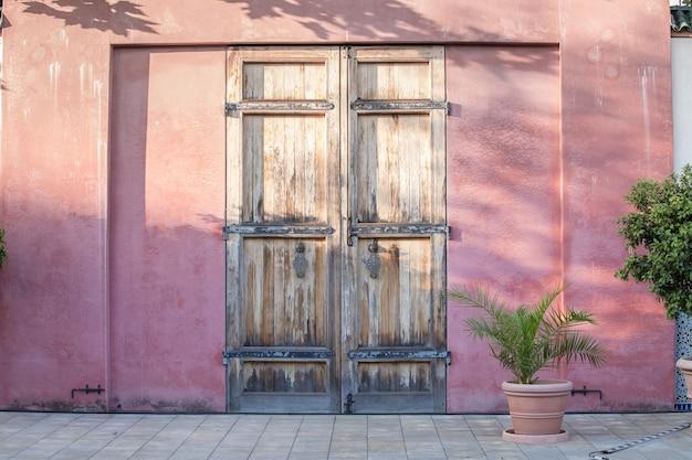 Drzwi na czerwonej ścianie.