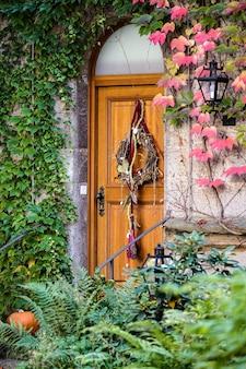 Drzwi restauracji w ogrodach zamkowych w rothenburgu