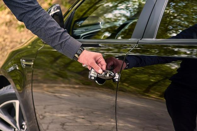 Drzwi samochodu z systemem bezkluczykowym. użyj tapet lub ścian do transportu pojazdów i samochodów lub zdjęć samochodów