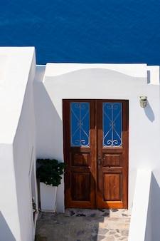 Drzwi w oia, santorini, grecja