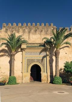 Drzwi w ścianie pałacu królewskiego, meknes, morrocco, afryka