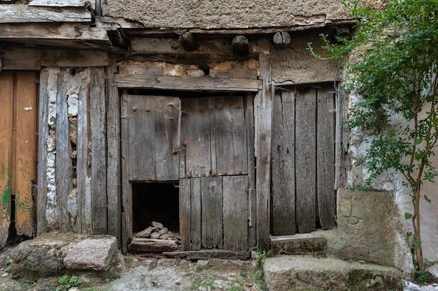 Drzwi w starożytnej wiosce la alberca salamanca hiszpania