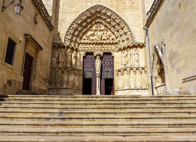 Drzwi wejściowe do gotyckiej katedry w burgos. miejsce światowego dziedzictwa. hiszpania.
