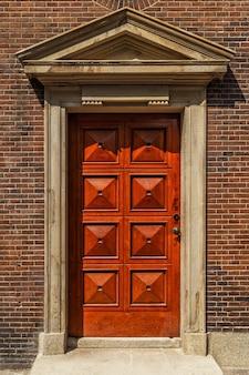 Drzwi wejściowe tradycyjnego domu.
