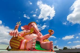 Duża różowa Ganesha statua w Ganesha parka Nakhon Nayok świątynnej prowinci, Tajlandia